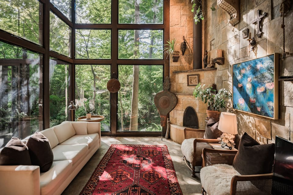 This is one gorgeous treehouse airbnb located in Dallas Texas