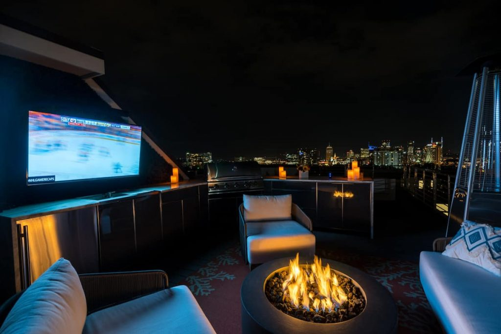 Come hang out at this amazing rooftop bar at on the Airbnbs in southern Usa in Nashville