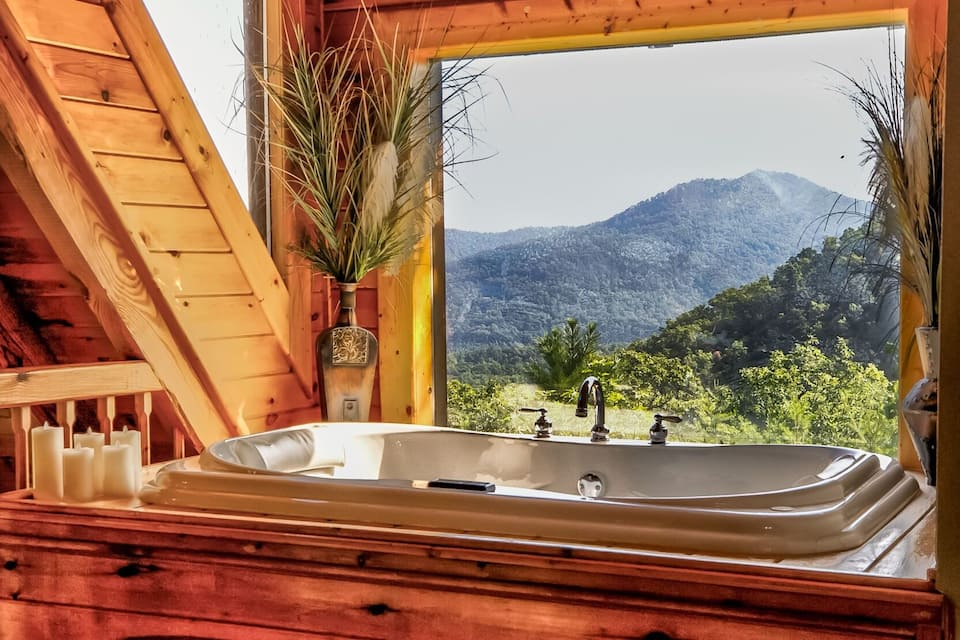 come stay at this log cabin in Tennessee it is perfect to explore the outdoors