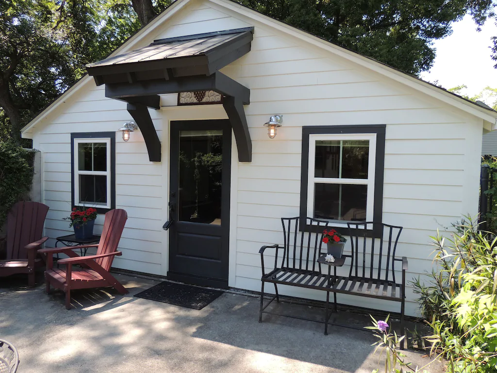 A photo of a charming cottage VRBO in Charleston.