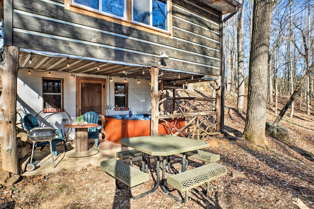 Come enjoy this creekside treehouse with a private hot tub